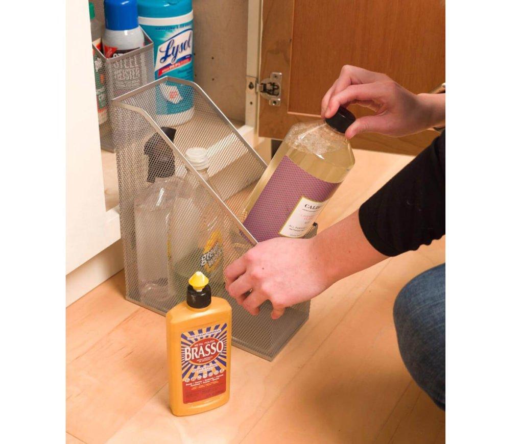 zlepšováky do domácnosti: úložný prostor na mycí prostředky vytvořený z pořadače na časopisy