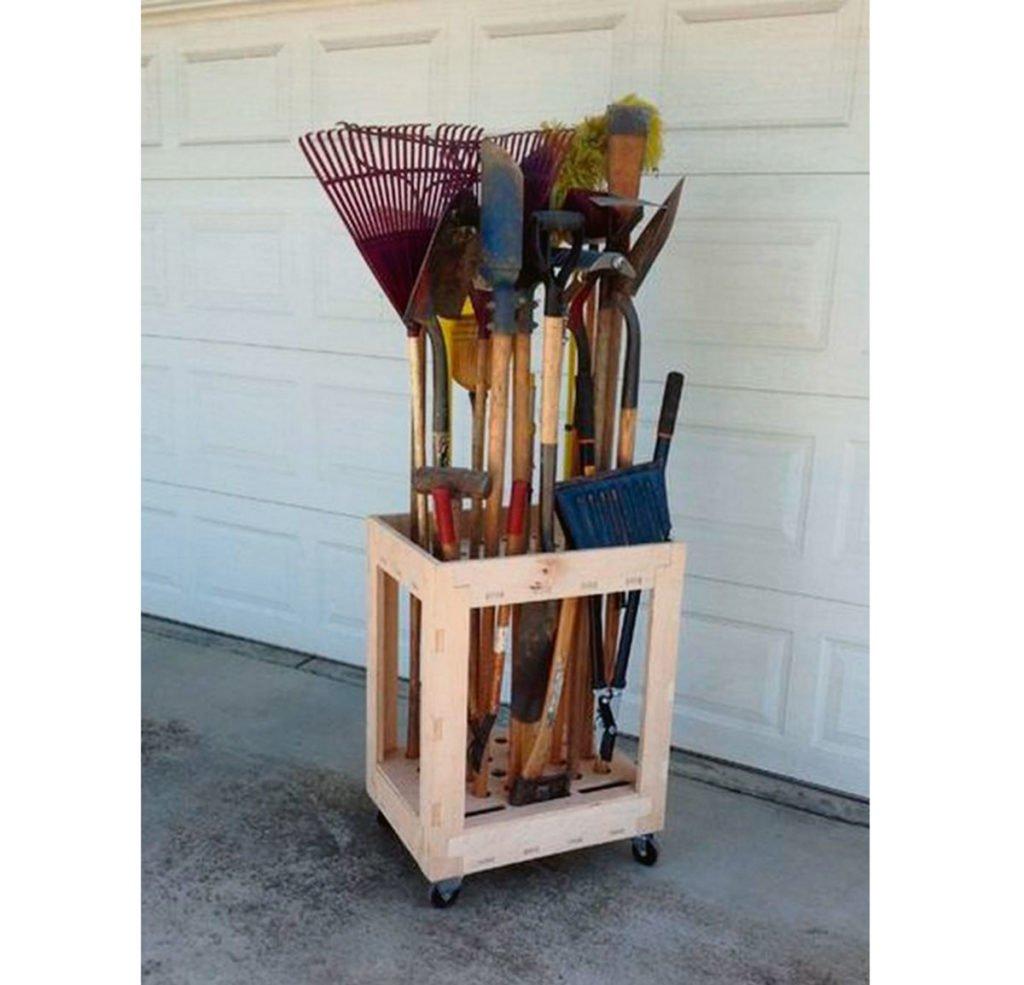 dřevěný vozík na kolečkách na nářadí