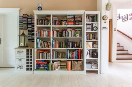 bíla knihovna, vinotéka a otevřená skříň