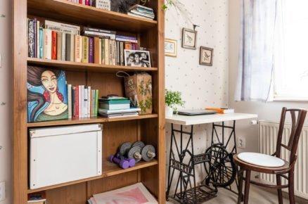 dřevěná mohutná otevřená skříň se stolkem ze šicího stroje v ložnici ve venkovském stylu