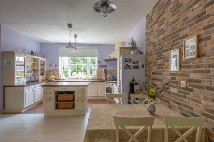 jídelna a kuchyň ve venkovském stylu v rodinném domě