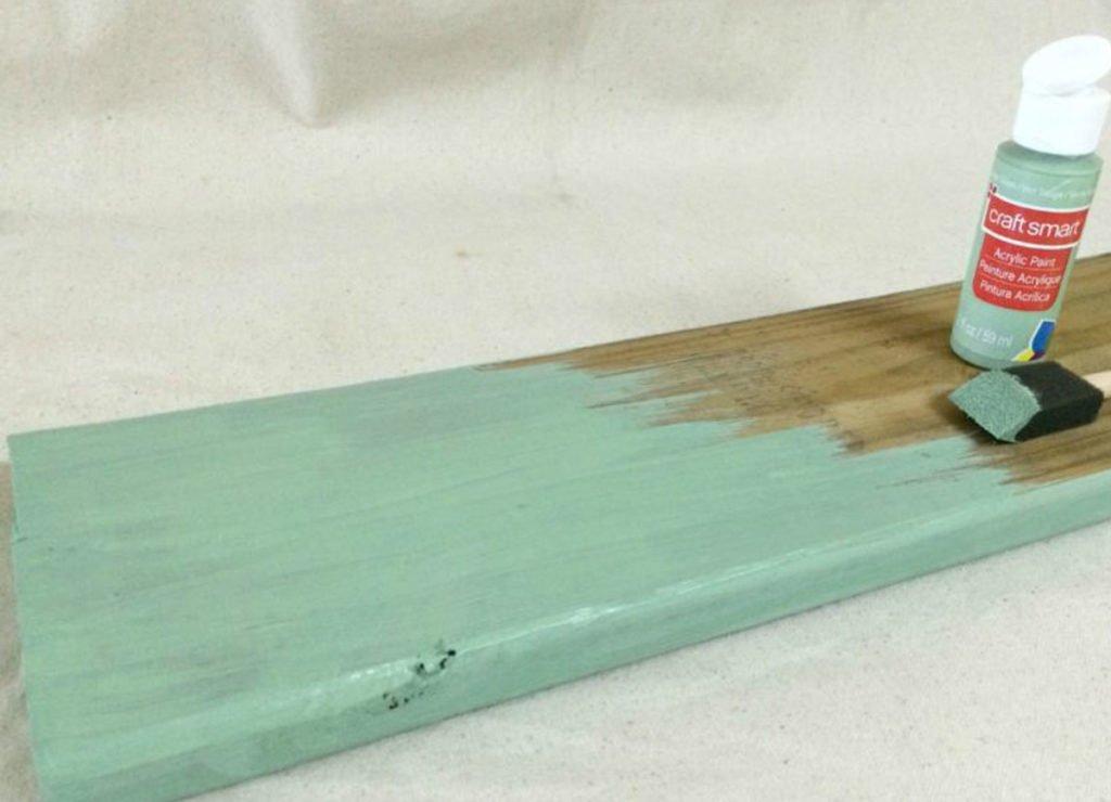výroba organizéru: natírání dřevěné desky