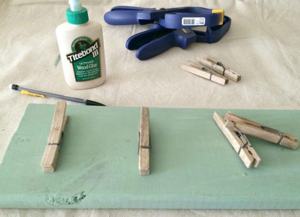 výroba organizéru: lepení količků na natřenou dřevěnou