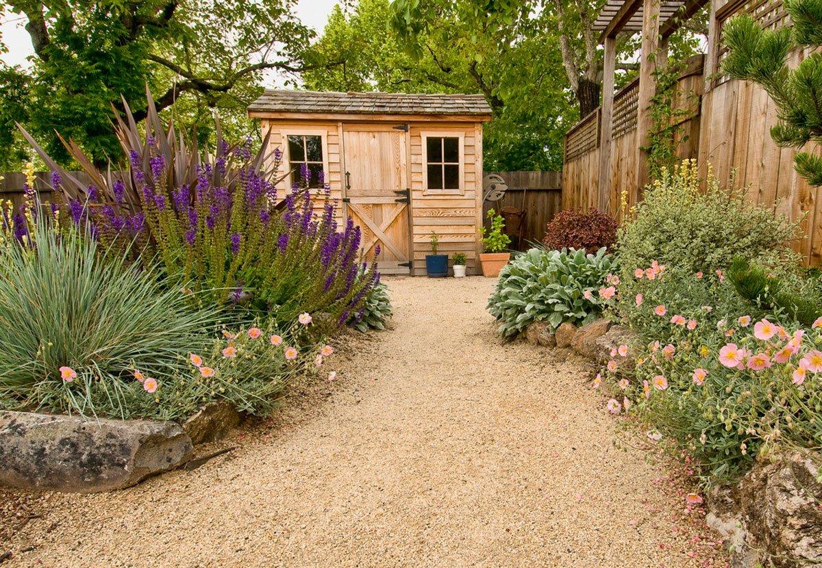 výběr zahradního domku: zahrada ze zahradním dřevěným domkem