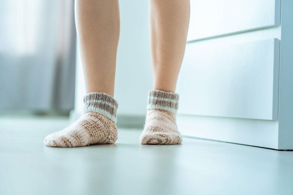 nohy na podlaze s podlahovým vytápěním
