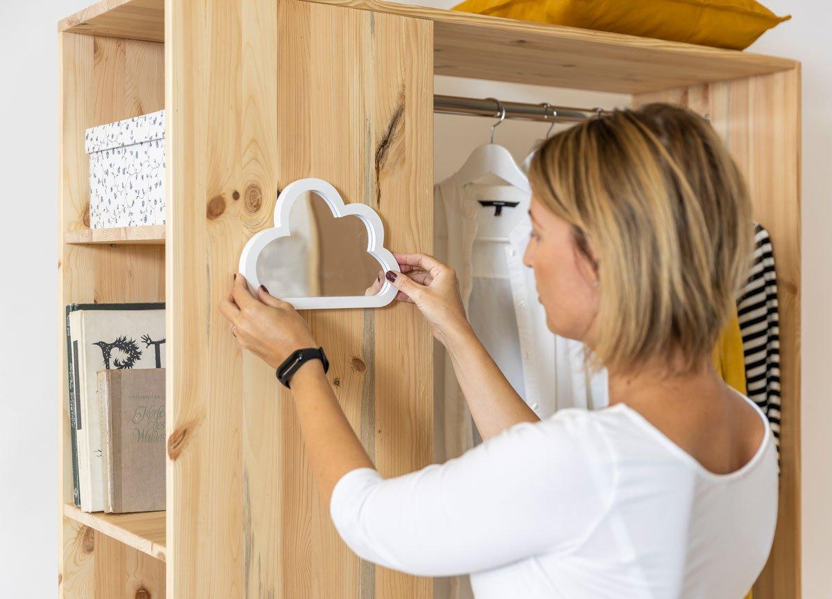 jak vyrobit mobilní šatník: pověšení zrcadla na boční stěnu skříně
