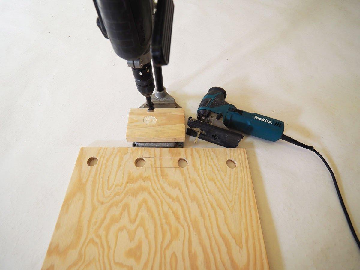 Vrtání otvoru na rukojeť pro stojan na nářadí.