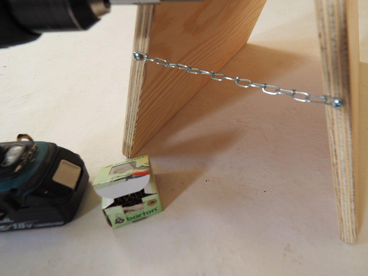 Montáž řetízku pro stojan na nářadí.