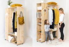 Jak postavit mobilní šatník: hotový dřevěný šatník s oblečením, botami a knížkami.
