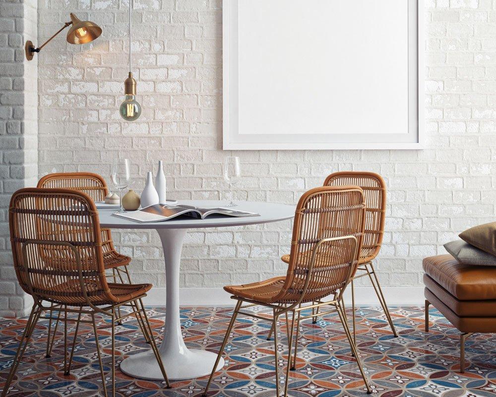 Jak dát staré podlaze nový vzhled: interiér se vzorovanou podlahou