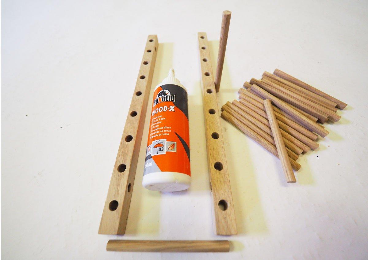 Jak vyrobit multifunkční dřevěný stojan na nádobí nebo knížky: vrtání a lepení částí stojanu.