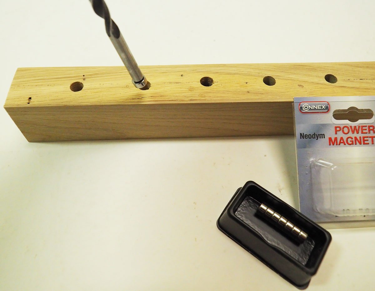 výroba magnetického držáku na nože: Vkladání magnetů