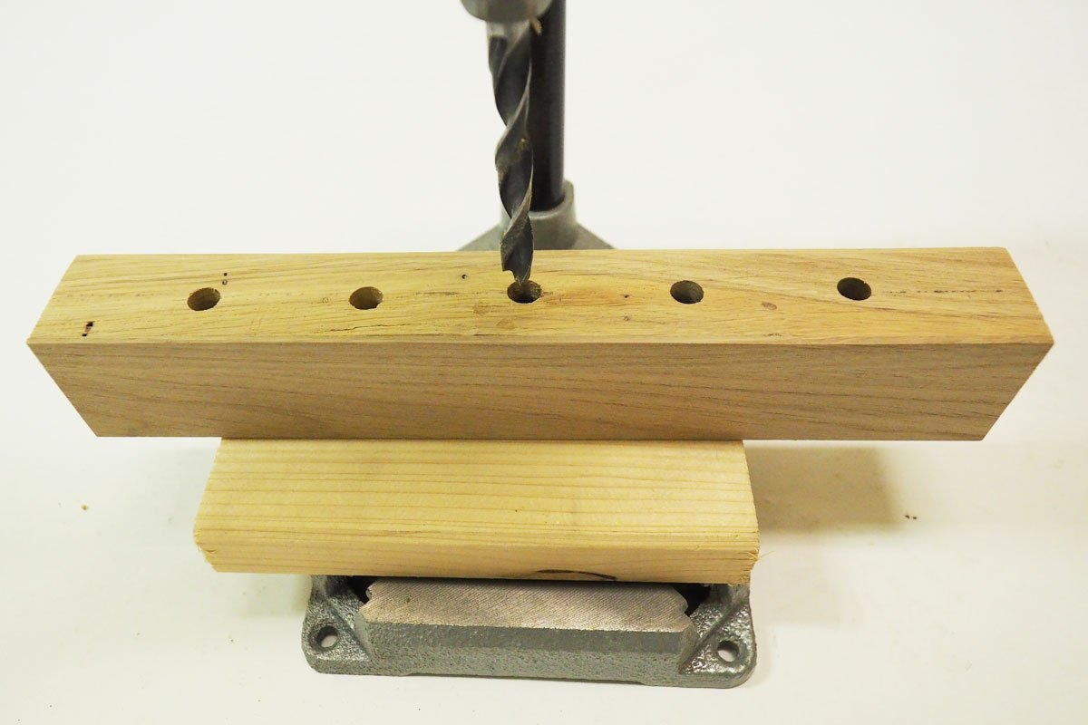 jak vyrobit magnetický držák na nože: Vrtání otvorů na magnet
