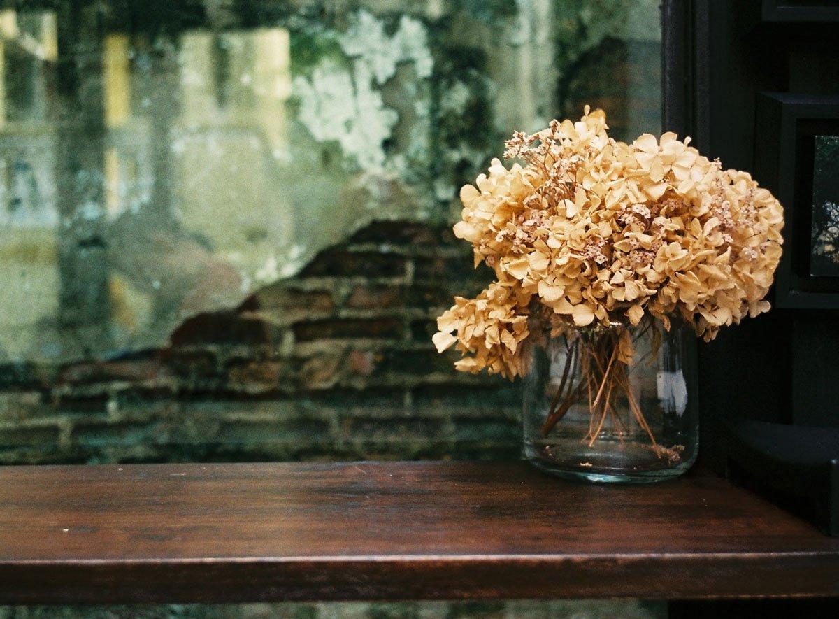 Jaké květiny se hodí na řez do vázy: sušené hortenzie ve váze.