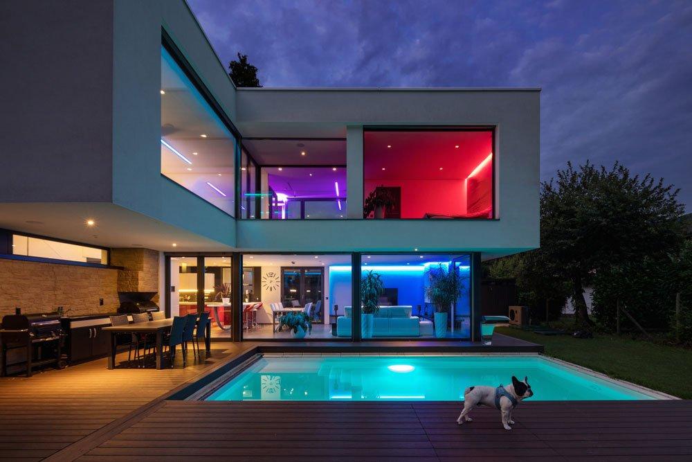 Jaký komunikační protokol vybrat pro inteligentní LED osvětlení: rodinný dům s barevným LED osvětlením