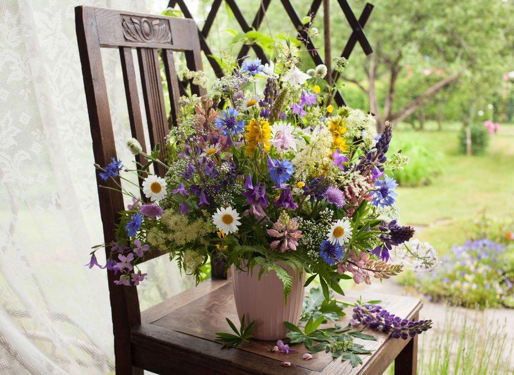 Jaké květiny se hodí na řez do vázy: váza s různymi druhy květin..