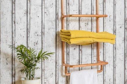 Industriální police na ručníky z vodovodních měděných trubek