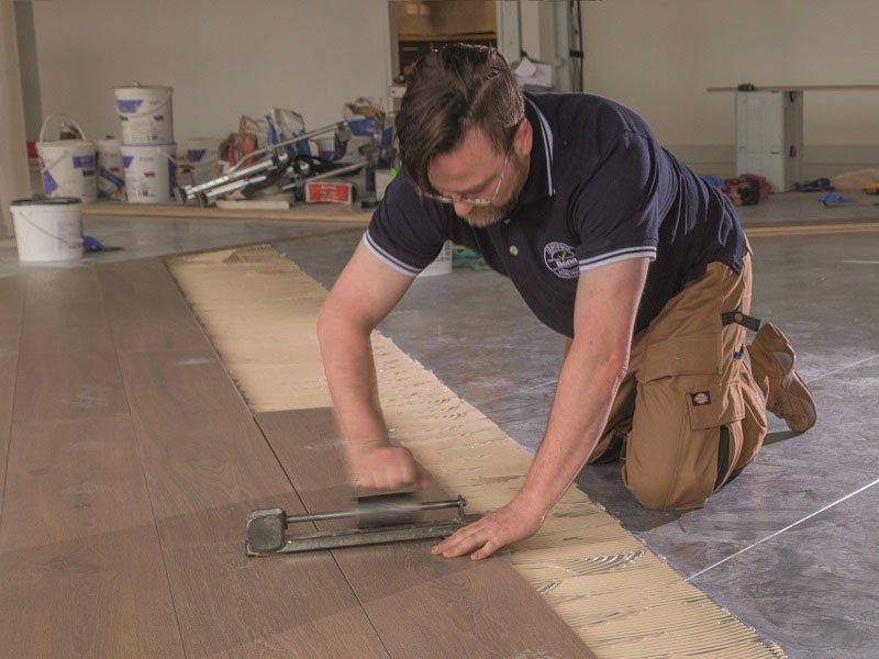 Lepidlo Bona Quantum se snadno aplikuje a vytváří hladkou aplikaci s extrémně dobrým výsledkem nalepené dřevěné podlahy.