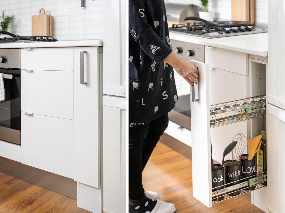 Výsuvný regál mezi kuchyňskou linkou a chladničkou.