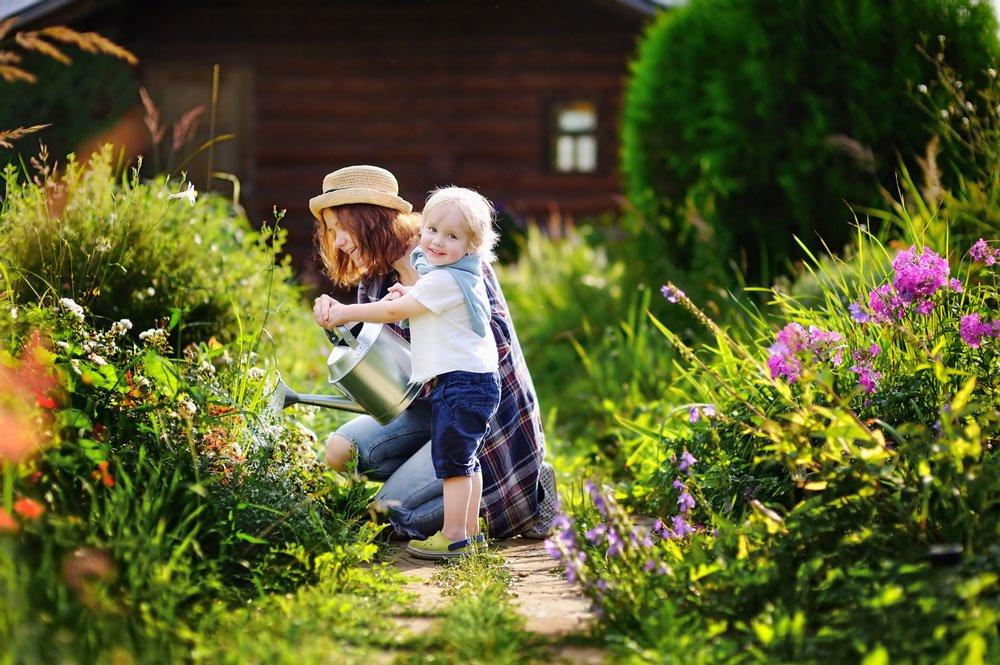 Květen v zahradě podle lunárního kalendáře: matka s dítětem v zahradě