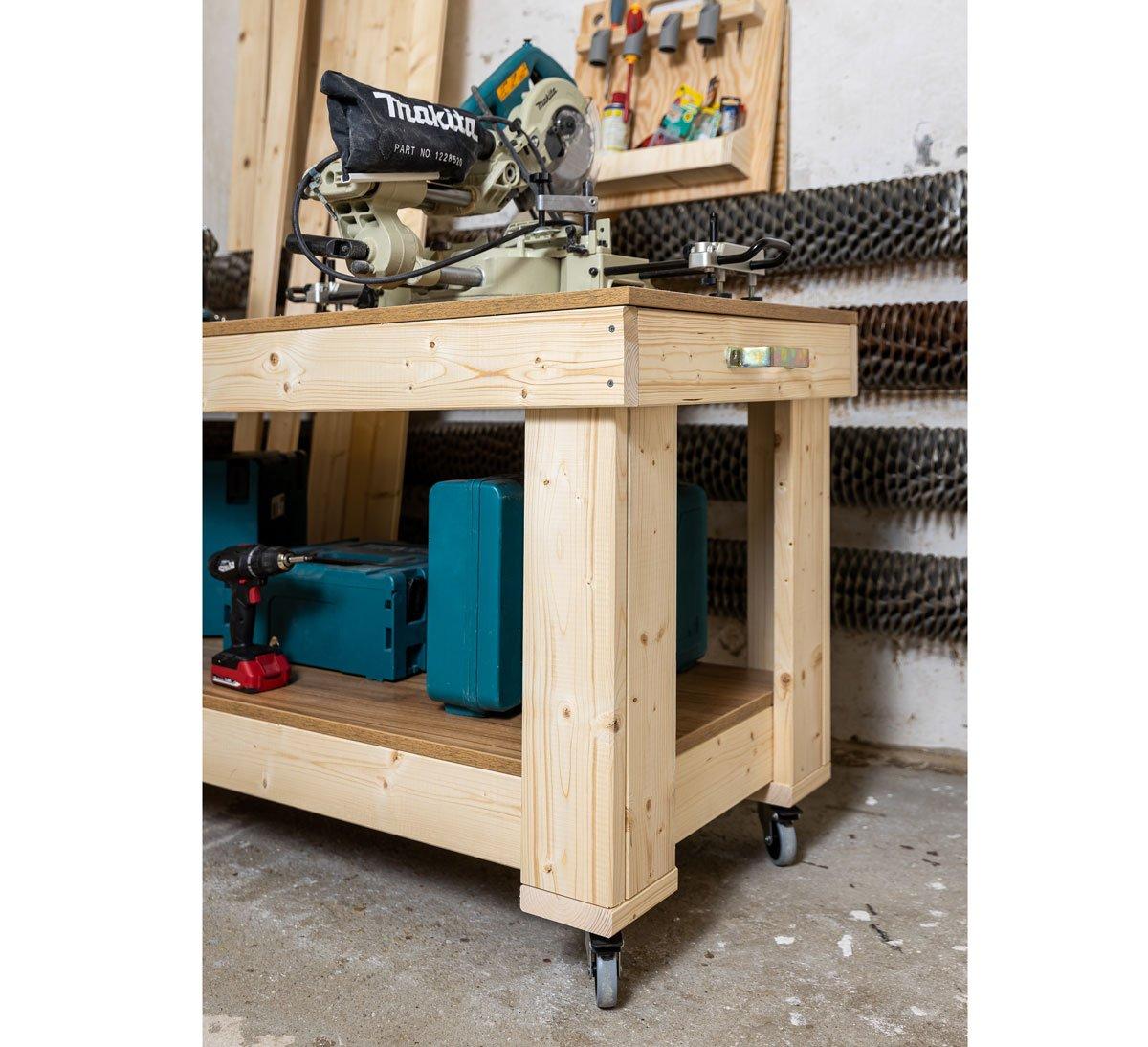 ručně vyrobený pracovní stůl s kolečkama a úchytkou