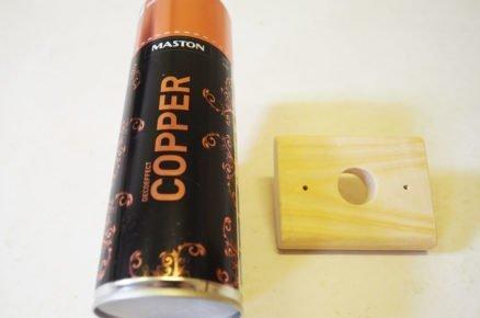 Výroba držáku na toaletní papír: přilepení držáku k dřevěné nástence