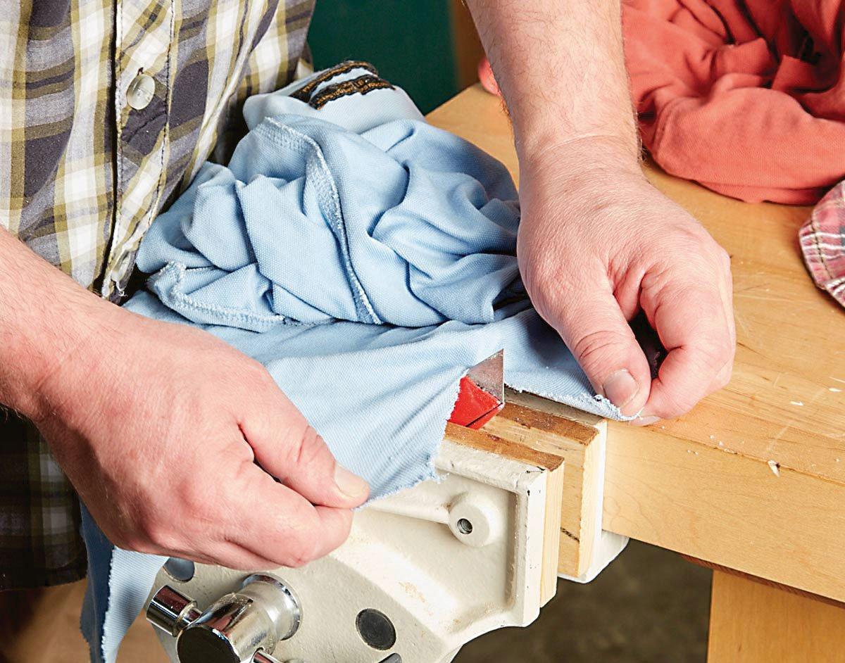 Řezání hadrů pomocí ořezávače ve svěráku