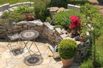 Chybí vaší zahradě něco extra? Postavte si vyvýšený záhon z kamene (video)