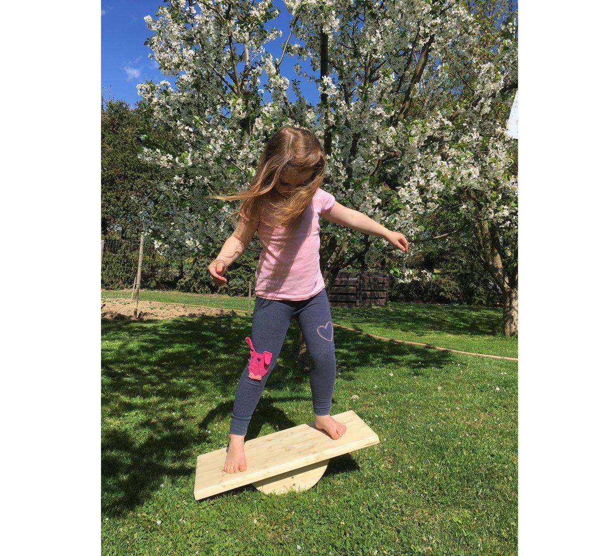 Dívka na balanční desce