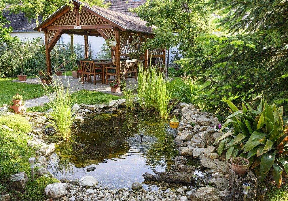 Zahrada s jezírkem a altánkem
