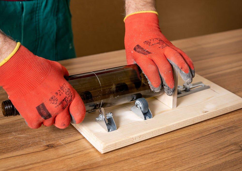 řezání lahve se svépomocně vyrobenou řezačkou
