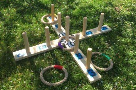Strávte s dětmi letní čas venku. Třeba při hre házení kroužků