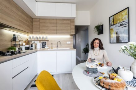 Kuchynň v severském stylu v bílé barvě v kombinaci s dřevem