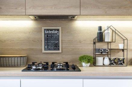 Kuchyňská linka v bílé barvě v kombinaci s dřevem