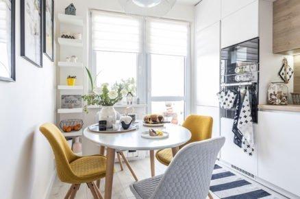 kuchyň v barvách bílé, šedé a žluté