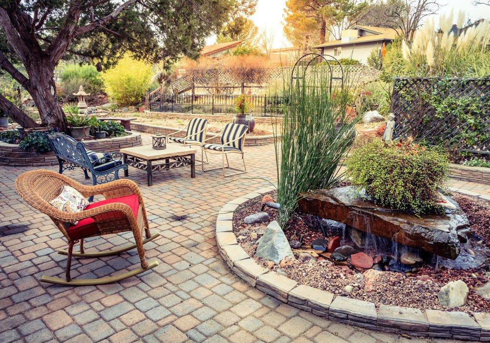 zahradní terasa se sezením, fontánou a oddychovou častí