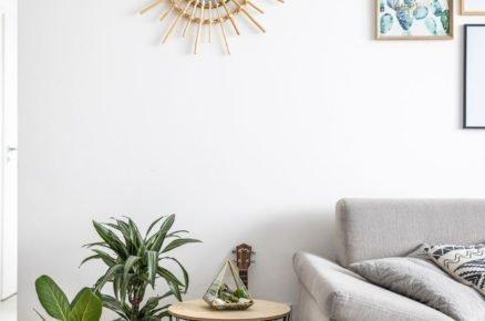 Detail obývacího pokoje s dekoracemi v severském a přírodním stylu