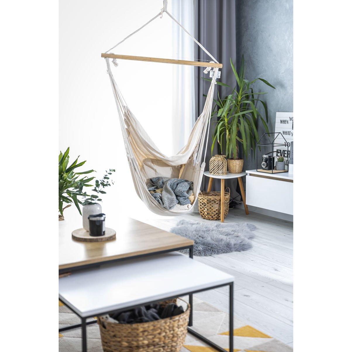 Pohled na hojdací síť v obývacím pokoji