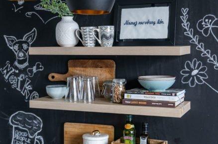 Černá tabulová stěna v kuchyni s otevřenými policemi
