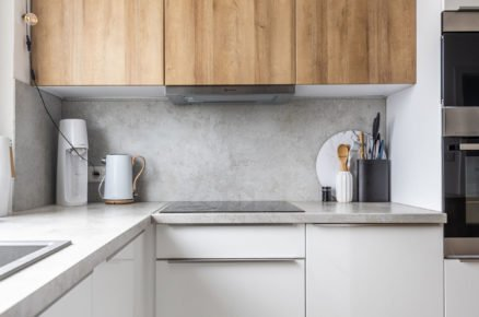 Moderní bílá kuchyňská linka