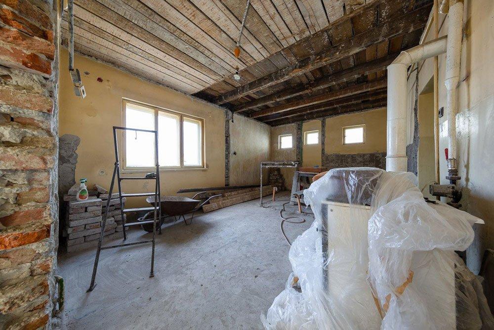 rekonstrukce čtvercového domu - bourání kuchyně