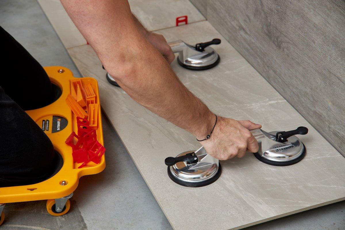 Pokládání podlahy leveling systémem