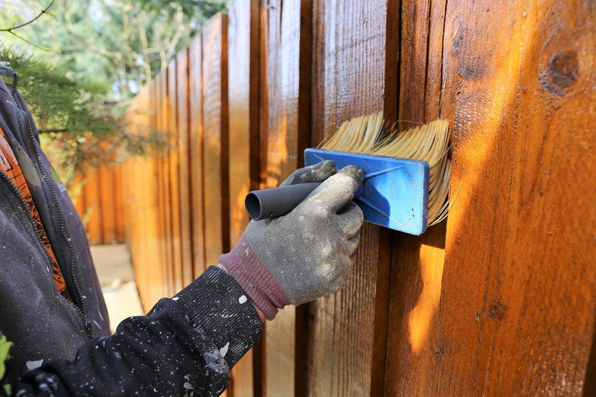 10 nejdůležitějších kroků pro zazimování zahrady: ochranný nátěr dřeva