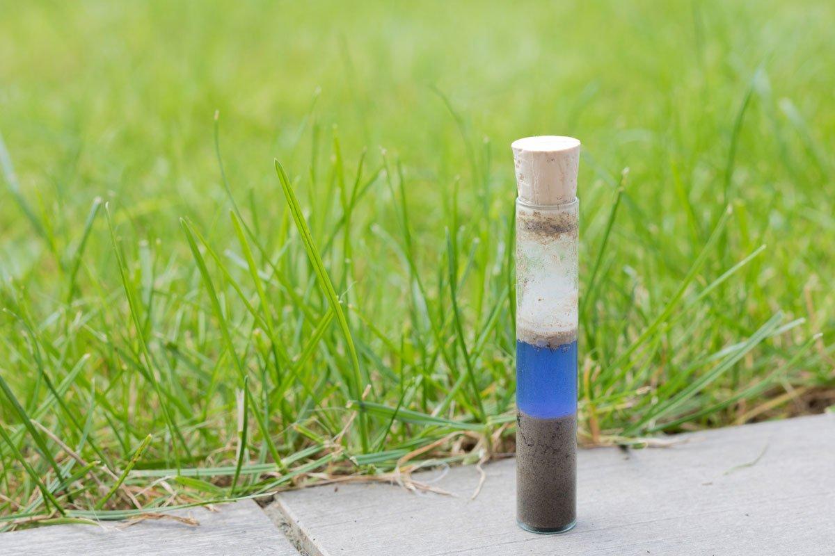 Test pH půdy v domácích podmínkách: roztok oddělený od půdy a zabarvený do pH půdy
