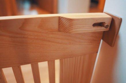 jak vyrobit dřevěnou zábranu na schody: Detail pojistky zábrany