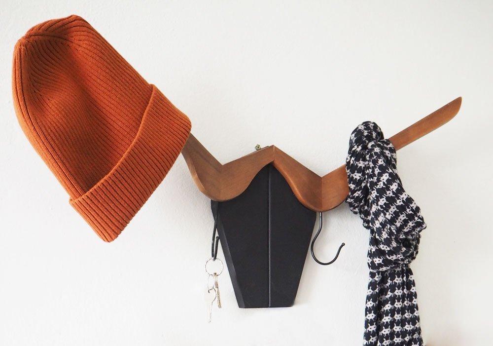 Jak z věšáků na kabáty vyrobit věšák na stěnu ve tvaru býčí hlavy