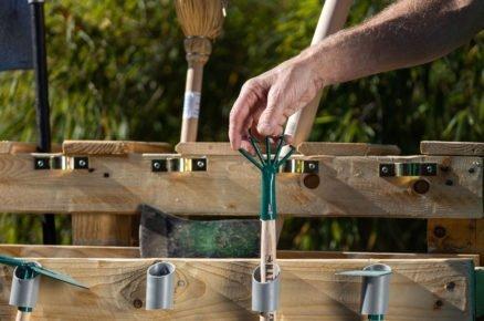 mobillní stojan z palet na zahradní nářadí, detail držáků z odpadových trubek