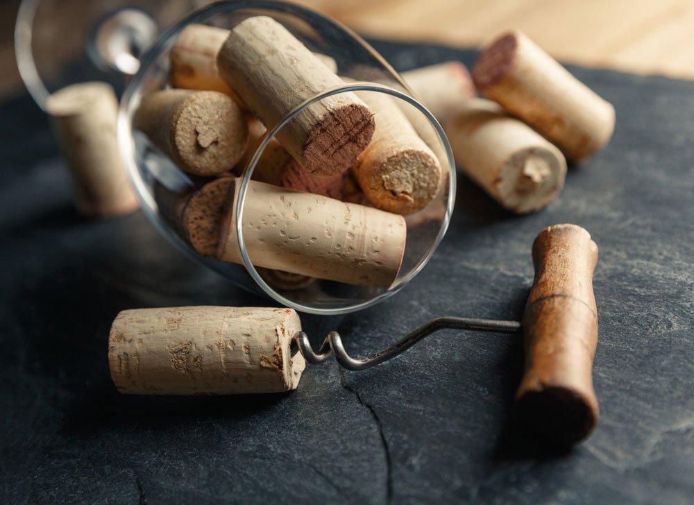 Jak otevřít víno bez otvíráku a nápady jak využít korkovou zátku
