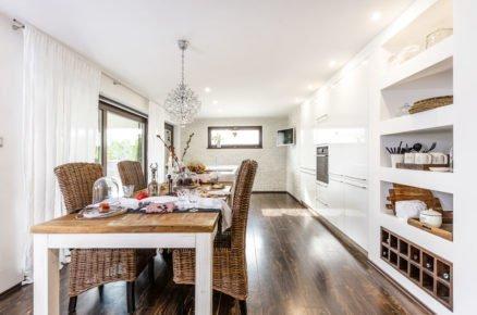 kuchyně ve venkovském a skandinávském stylu s lesklou kuchyní zasazenou přímo do zdi