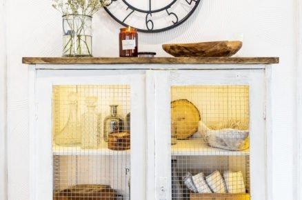 recyklovaný nábytek ručně předělaný na bílou skřiňku s dvířkami z pletiva
